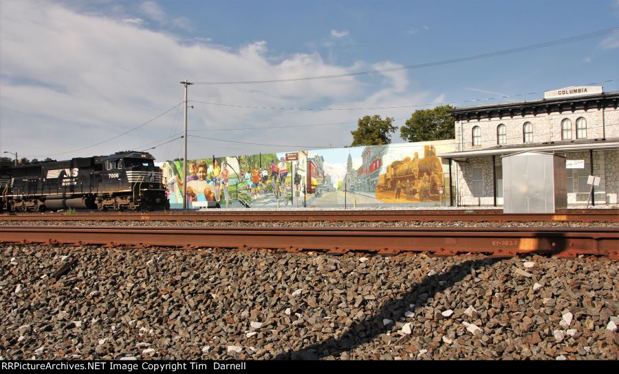 NS 7006 on H19 passing mural